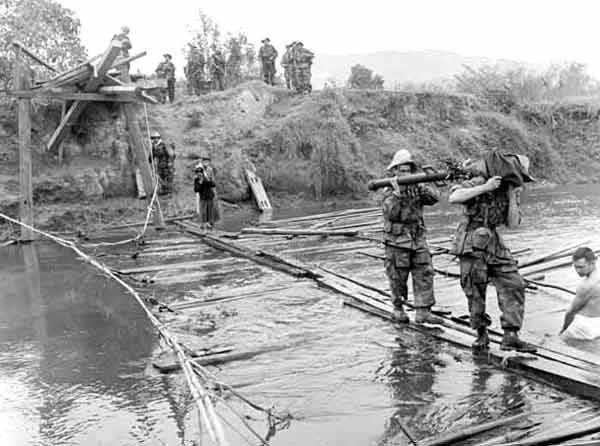 Legionnaires of the 1er BEP crossing the Nam Youn river