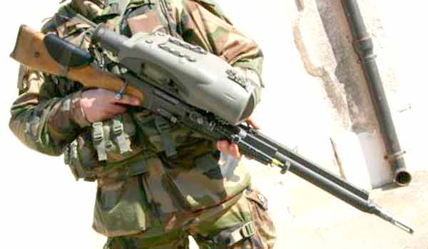 Legionnaire of the 2e REI holding an FR F2 with FÉLIN sight